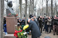 President Nicolae Timofti and Acting Prime Minister Iurie Leancă laid flowers at the bust of the national poet Mihai Eminescu.'