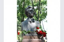 Laying flowers to the bust of Eminescu in the Alley of Classics in Chisinau'